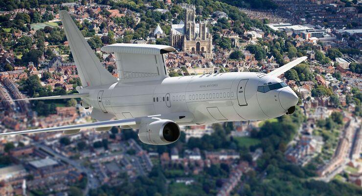 Boeing E-7 Wedgetail der RAF über Lincoln Cathedral