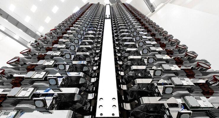 Dicht an dicht sitzen die 60 Satelliten zusammen.